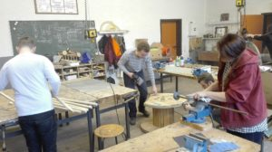 2. 6 SchülerInnen der 'Schülerfirma Holz' in arbeitsteiligen Stationen bei der Arbeit